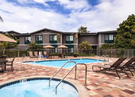 Image of the pool and jacuzzi at Carpinteria Express